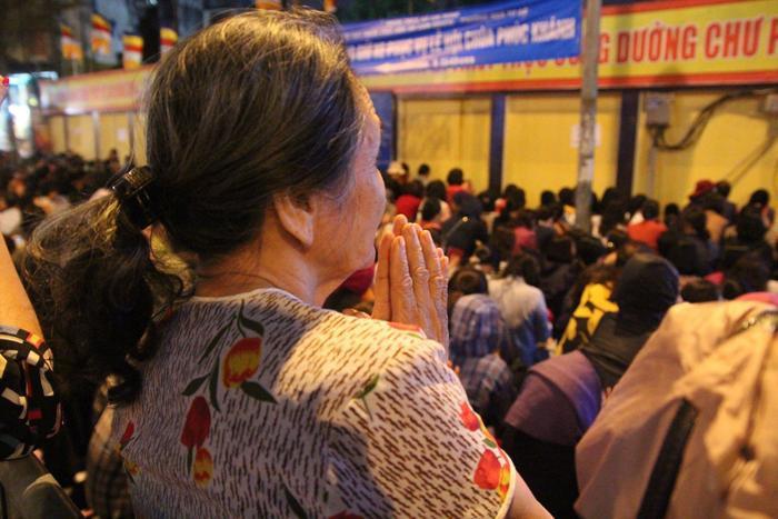Dù không được ngồi gần Tam Bảo nhưng người dân vẫn nhất mực thành kính, lắng tai nghe tiếng tụng kinh làm lễ.