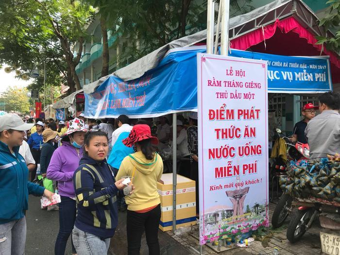 Phát từ thiện đồ ăn, nước uống hoa và cả nhang để dâng hương