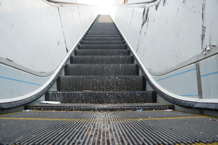 Cầu thang lên nhà ga.