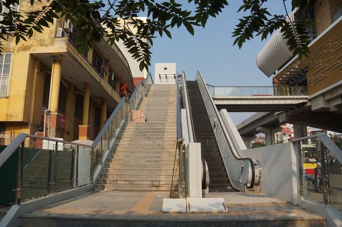 Lối lên nhà ga bằng thang máy và thang bộ.