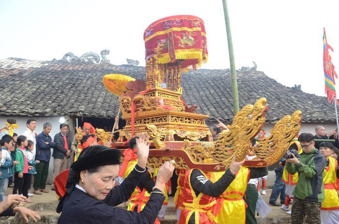 Những thanh niên trai tráng trong làng kiệu Ngài từ đình làng Mỏ ra miếu Xa Vùn (thờ Đức Thánh Cao Sơn Quý Minh) để cùng vui hội.