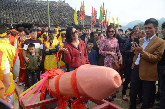 Sau khi Tàng thinh được đưa ra khu vực làm lễ, nhiều du khách vui vẻ chụp ảnh lưu niệm. Ai cũng phấn khích sờ vào linh vật để cầu mong may mắn trong năm mới.
