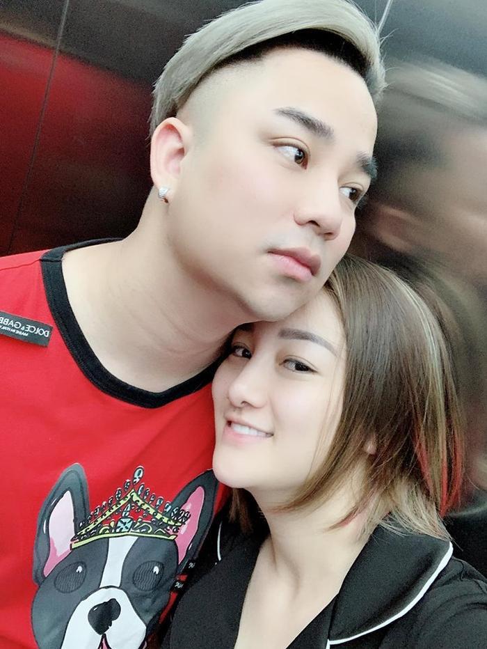 Hình ảnh Hữu Công cùng vợ trên trang cá nhân.