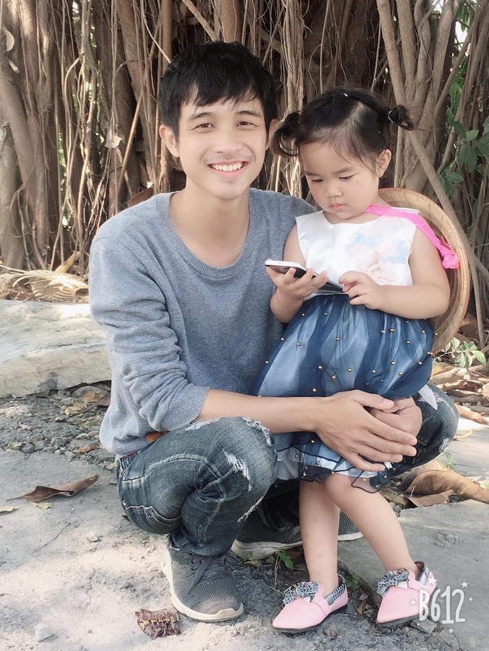 """Anh bạn Lăng Nguyễn không ngần ngại khoe cô con gái đầu lòng dù rơi vào hoàn cảnh tương tự """"chủ thớt"""". Ảnh: Beatvn"""