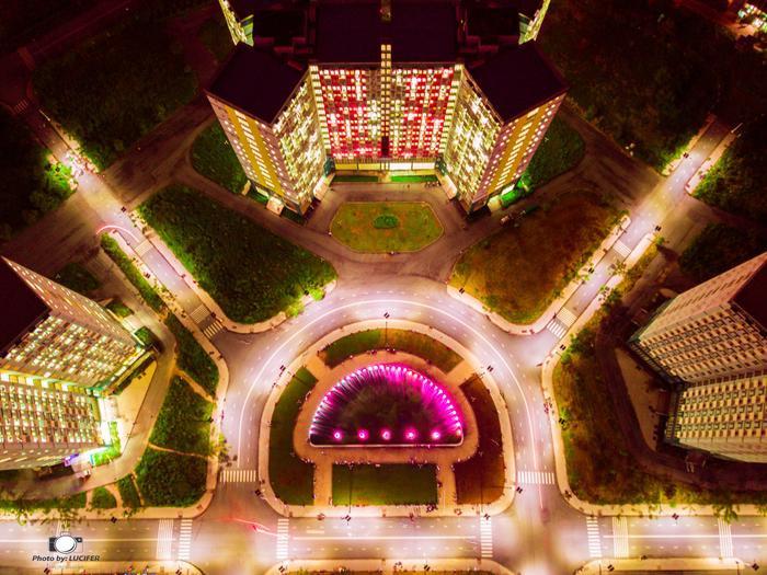"""Những khu nhà mới hoàn thành và đưa vào sử dụng chưa lâu, khi tất cả các phòng lên đèn trông """"ảo diệu"""" thế này đây."""
