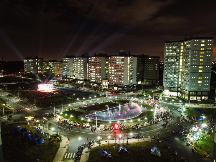 """Cũng theo Xuân Hạnh, sở dĩ anh chàng chọn bối cảnh ban đêm để thực hiện bộ ảnh bởi về đêm, KTX """"khoác lên mình màu áo"""" cực kì lung linh, ảo diệu bởi hệ thống đèn LED hoành tráng. Nhìn từ trên cao xuống, KTX như một khu đô thị hiện đại, biệt lập với thành phố chật chội ngoài kia."""