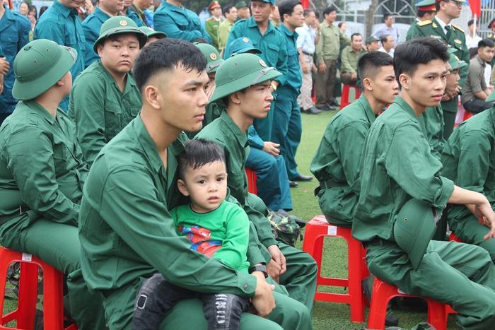 Đông đảo người thân, bạn bè, người dân đã đến sân vận động để tiễn đưa thanh niên lên đường nhập ngũ.