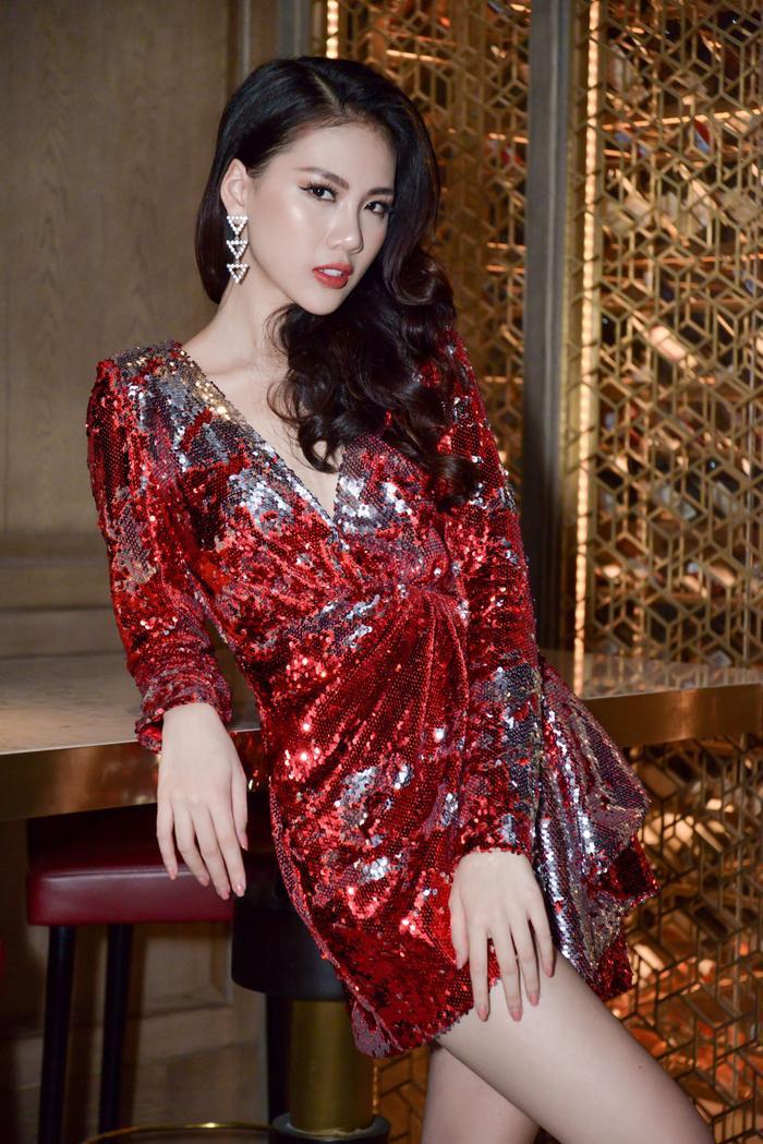 Với chất liệu sequin hai mặt, Quỳnh Hoa trông cực kỳ nổi bật và nhanh chóng trở thành tâm điểm của sự kiện mà nàng tham dự.