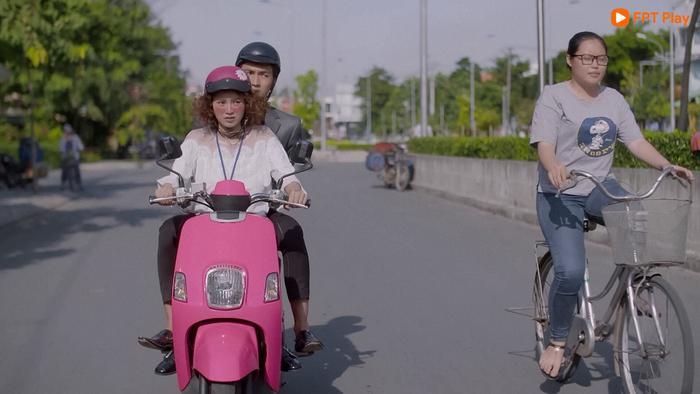 """Sếp đang vội vã mà An Chi còn tâm trạng """"đua"""" với xe đạp"""