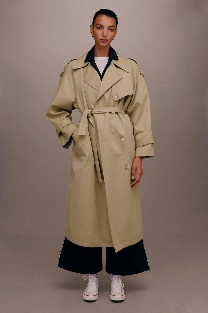Mẫu áo khoác dáng dài của Top shop đang được rao bán với giá 300$ - gần 7 triệu đồng.