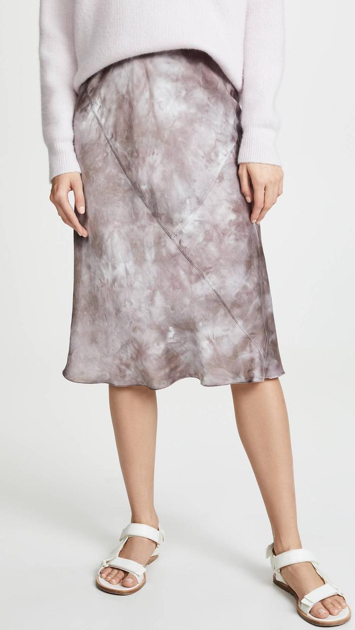 Chân váy warp chất liệu lụa mềm của Anthony Thomas Melillo có giá thành 350$ - tầm 8 triệu đồng.