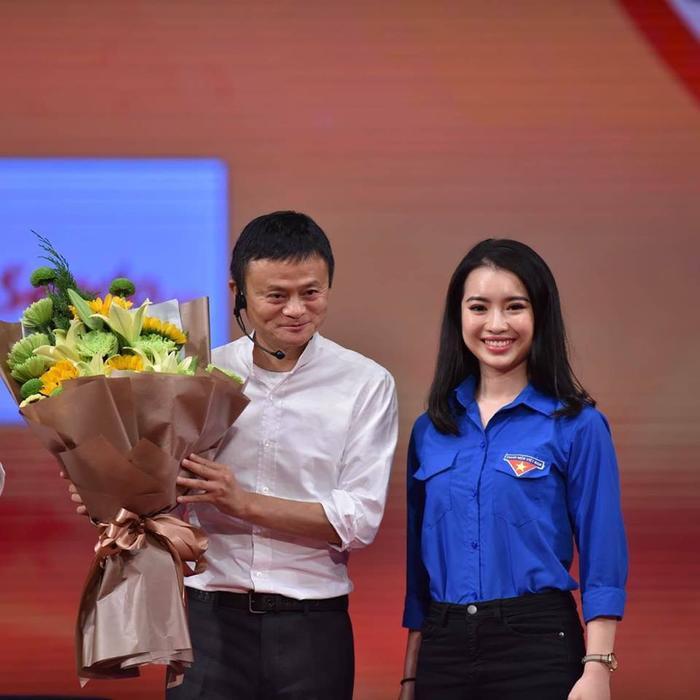 Khánh Linh chia sẻ cô thần tượng tỷ phú Jack Ma từ việc đi lên từ hai bàn tay trắng, không bao giờ đầu hàng thất bại và tầm nhìn xa trông rộng.