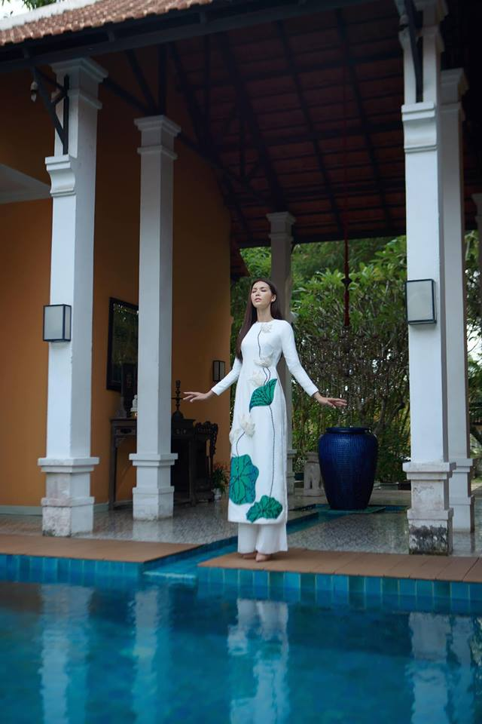 Tạm quên một Minh Tú nóng bỏng, phiên bản nền nã trong tà áo dài Việt của cô nàng cũng đủ 'hớp hồn' không kém!