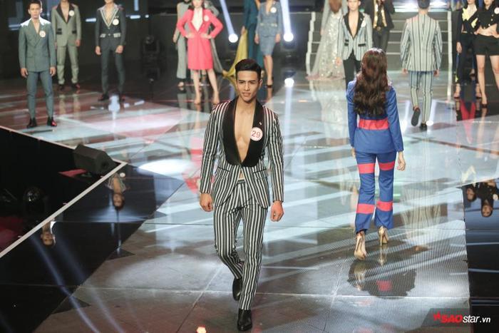 Đến phần thi catwalk, anh chàng cũng được chọn một bộ vest hở ngực.