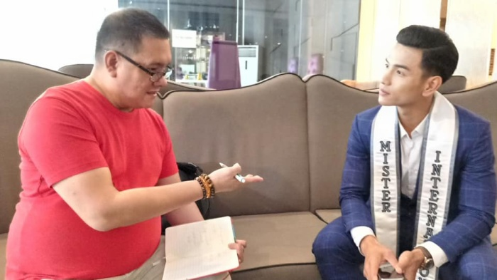 Nam vương Quốc tế cũng được phóng viên nước ngoài chú ý, phỏng vấn.