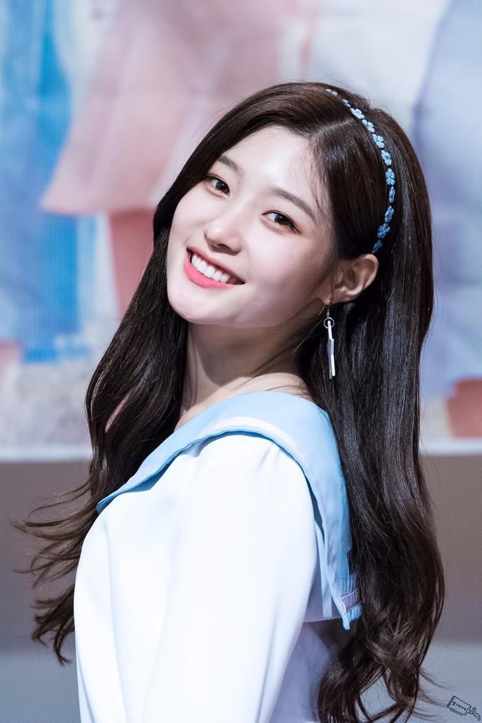Cô nàng Jung Chaeyeon.
