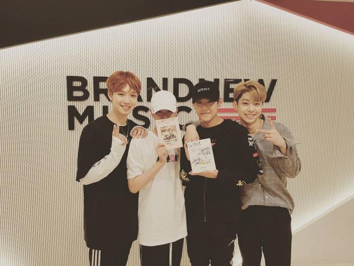 Woojin và Daehwi chụp ảnh cùng hai chàng trai khác của Brand New là Youngmin và Donghyun.