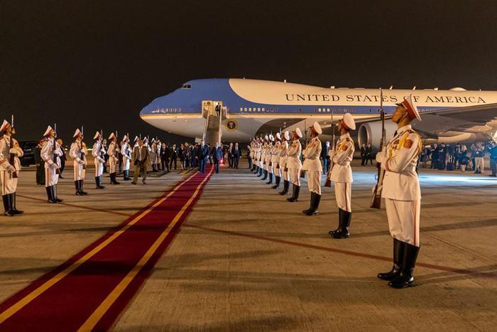 Lễ tiếp đón Tổng thống Mỹ Donald Trump tại sân bay Nội Bài.