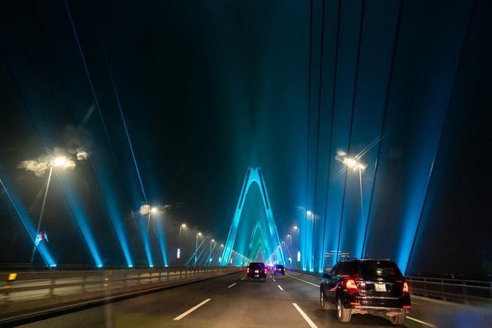 Phần lớn mọi người để lại bình luận rằng cây cầu rất đẹp và họ hy vọng hội nghị thượng đỉnh Mỹ – Triều lần hai tại Việt Nam sẽ đạt kết quả tốt.