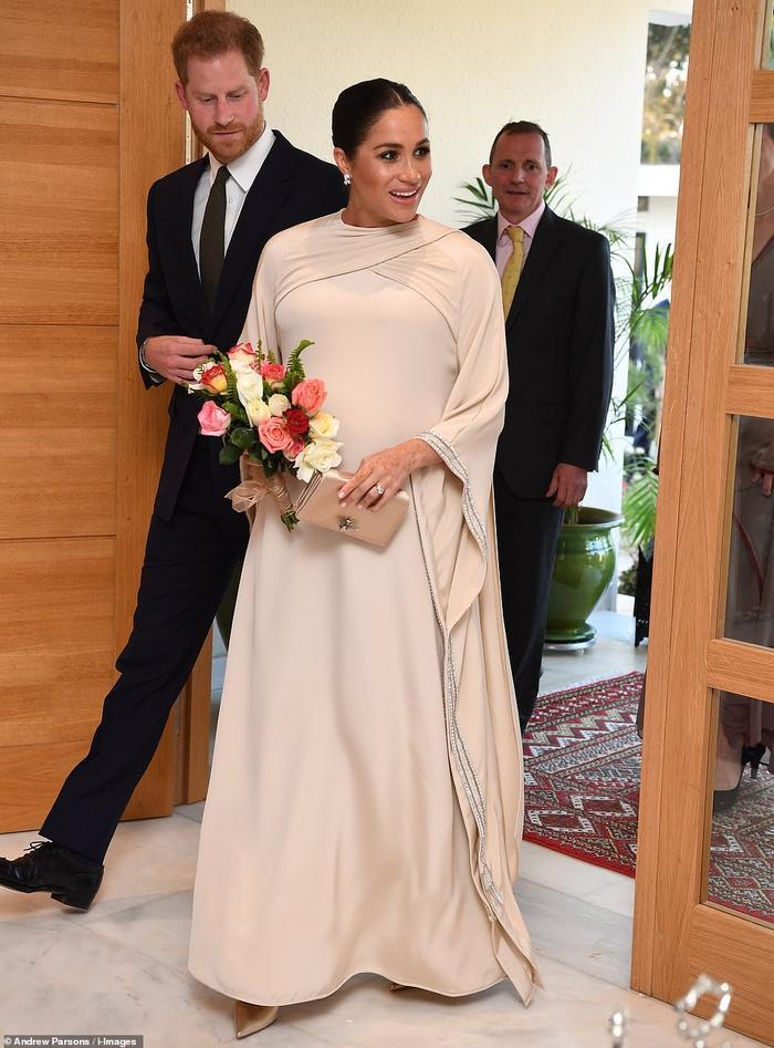 Meghan Markle khiến dân tình choáng khi chi gần 3,5 tỷ đồng tiền váy áo chỉ trong 3 ngày ảnh 5