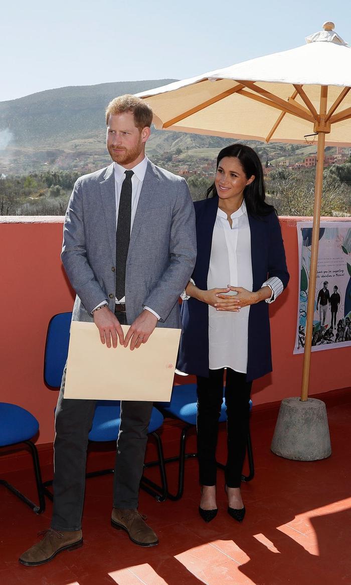 Cũng cùng một ngày buổi sáng sau khi đổi địa điểm tham quan, cô thay áo đen bên trong thành sơ mi trắng, phối cùng giày cao gót thương hiệu nổi tiếng Manolo Blahnik