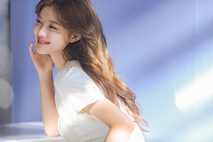Càng tiến lại gần, và càng nhìn lâu, Yoo Jung càng đáng yêu.