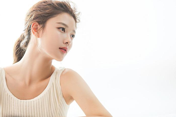 Thoáng nhìn về ký ức tuổi thơ dễ thương ngây ngô, Kim Yoo Jung đã trở thành một nữ thần bước ra từ xứ sở cổ tích.