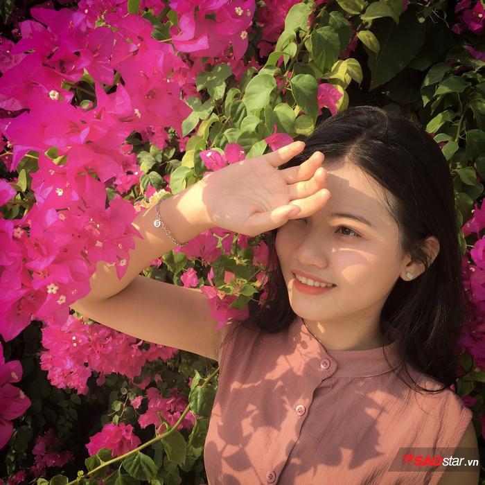 Sắc hoa, màu nắng tạo nên bối cảnh cực kỳ đẹp mắt.