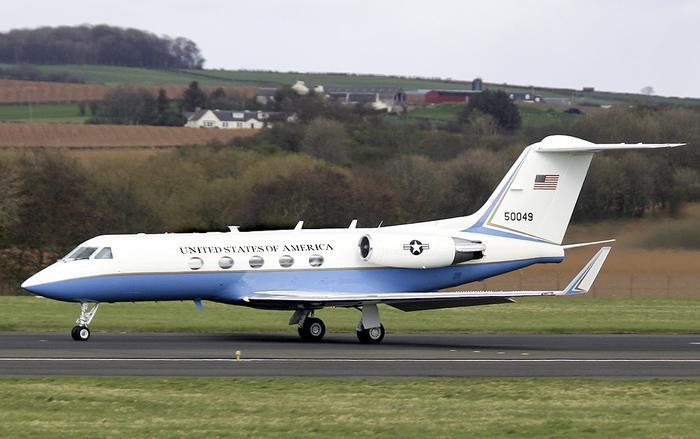 Kích thước nhỏ cũng giúp C-20C dễ ẩn mình giữa những chiếc máy bay dân dụng khác trên sân bay. (Ảnh: Independence Day).