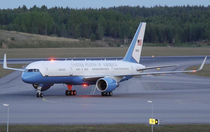 Tổng thống Mỹ Donald Trump cũng mang theo chuyên cơ dự phòng Air Force Two trong chuyến công du đến Việt Nam lần này.(Ảnh: Aviation).