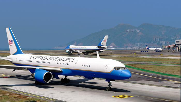 Air Force Tow luôn bay cùng Air Force One trong các chuyến công du của Tổng thống Mỹ. (Ảnh: Aviation).
