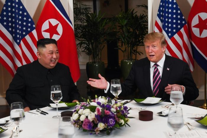 Chủ tịch Kim Jong-un và nhà lãnh đạo Triều Tiên dùng bữa tối chung hôm 27/2. Ảnh: AFP