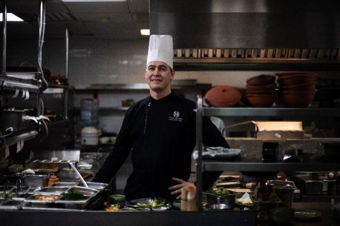 Đầu bếpPaul Smart trong phòng bếp của Metropole chuẩn bị bữa ăn cho hai nhà lãnh đạo dự thượng đỉnh. Ảnh: AFP