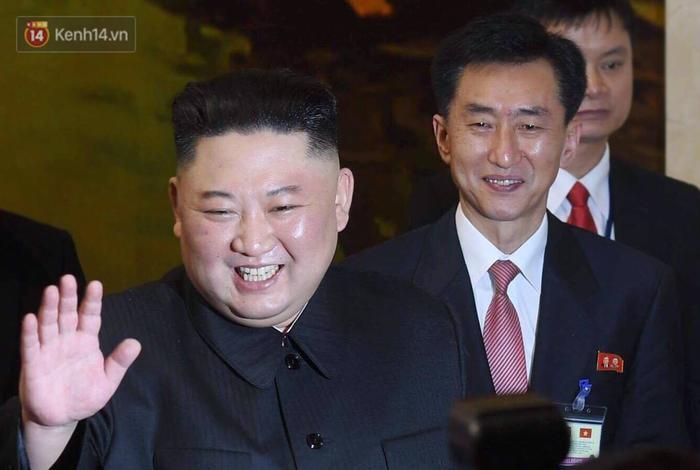 Hình ảnh phiên dịch viên Ri Ho Jun bên cạnh ngài Chủ tịch Kim Jong-un. Ảnh: Nhóm PV