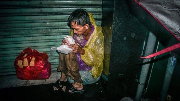 Cách đây không lâu, bức ảnh ông lão nhai ngấu nghiếng chiếc bánh bao trong cơn mưa lớn cũng gây xúc động mạnh.