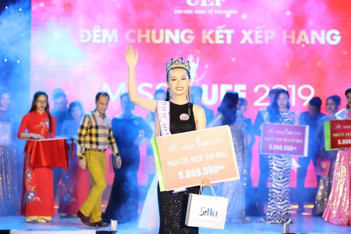 Thí sinh Trần Thúy Vy giành giải thưởng Á khôi 2 và Người đẹp áo dài