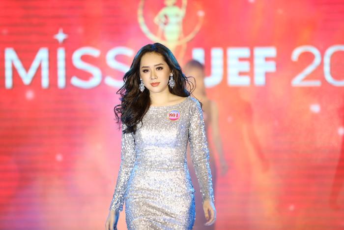 Thí sinh Phan Ngọc Quý trong phần thi trang phục dạ hội