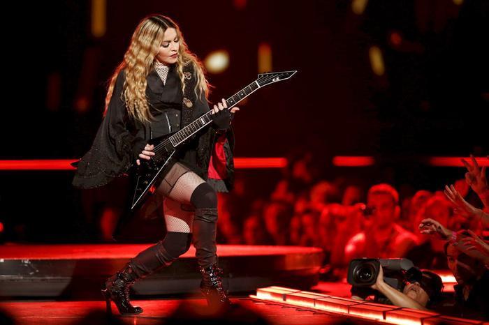 Tượng đài âm nhạc Madonna vẫn chễm chệ vị trí nữ hoàng đi tour với con số 1.3 tỉ USD.