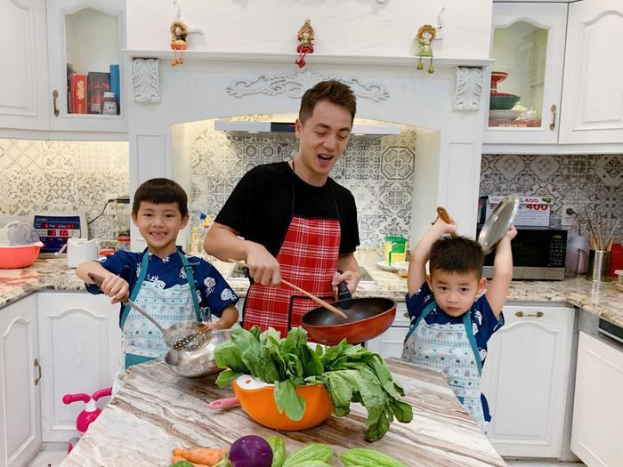 Đăng Khôi cùng các con trổ tài nấu ăn.