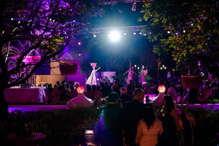 Đúng theo phong cách đam mê thời trang của cô dâu, ê – kíp tổ chức đám cưới của cặp đôi tỷ phú đã thuê nguyên dàn người mẫu Ý trong trang phục ấn tượng biểu diễn tại đêm tiệc.
