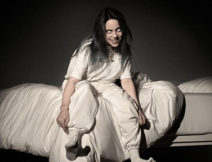 Tạo hình của Billie Eilish trong album đầu tay.