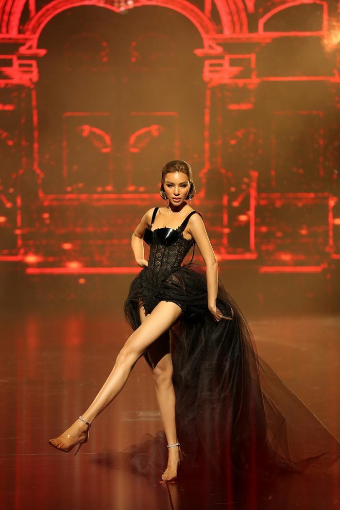 Khoác lên mình bộ cánh đẹp mắt, người đẹp thực hiện các động tác duỗi thẳng chân, xoay váy vô cùng điệu nghệ, khiến khán giả hò reo không ngớt.