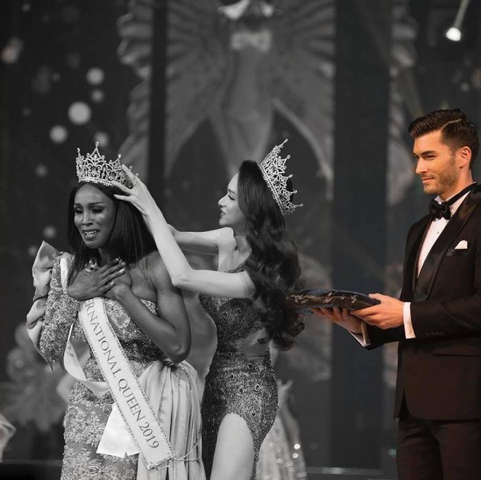 Chàng trai gây sốt mạng xuất hiện lúc Hương Giang trao vương miện tại Miss International Queen 2019 là ai?