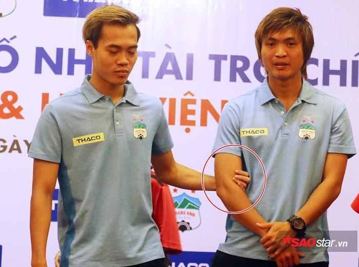 Văn Toàn nắm tay Tuấn Anh để chụp ảnh.