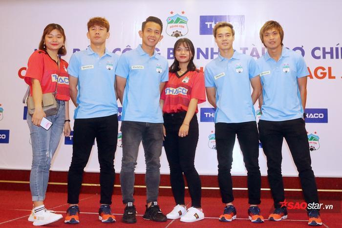 Rất nhiều fan nữ đến buổi lễ ra mắt nhà tài trợ của CLB HAGL để chụp ảnh với các cầu thủ như Văn Toàn, Tuấn Anh, Hồng Duy, Minh Vương.