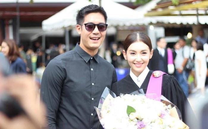 Ảnh cô tốt nghiệp bên cạnh nam diễn viên Weir Sukollawat.