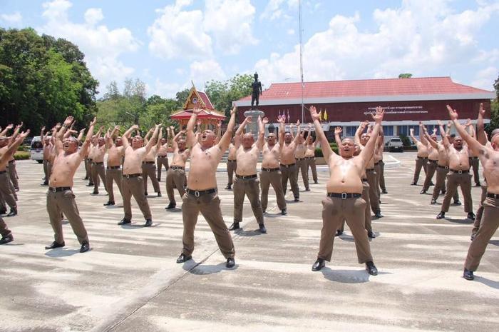 Hài hước chuyện cảnh sát 'béo phì' được gửi vào trại huấn luyện để 'đánh bay mỡ bụng'