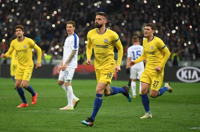 Giroud lập hattrick trong chiến thắng của Chelsea trước Dinamo Kiev.