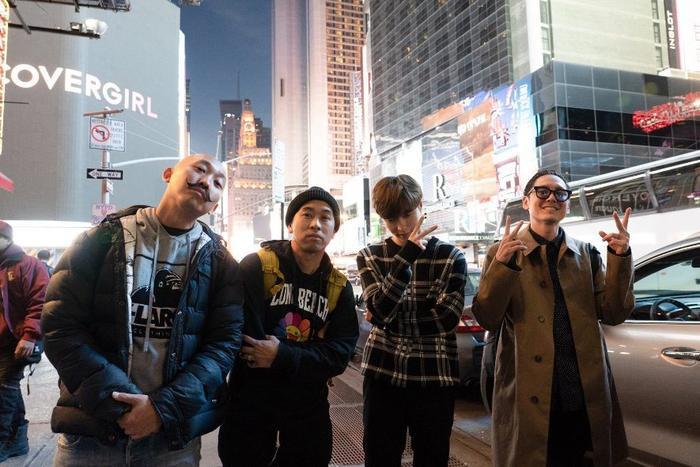 Lay (EXO) vàFar East Movement chụp ảnh cùng nhau.