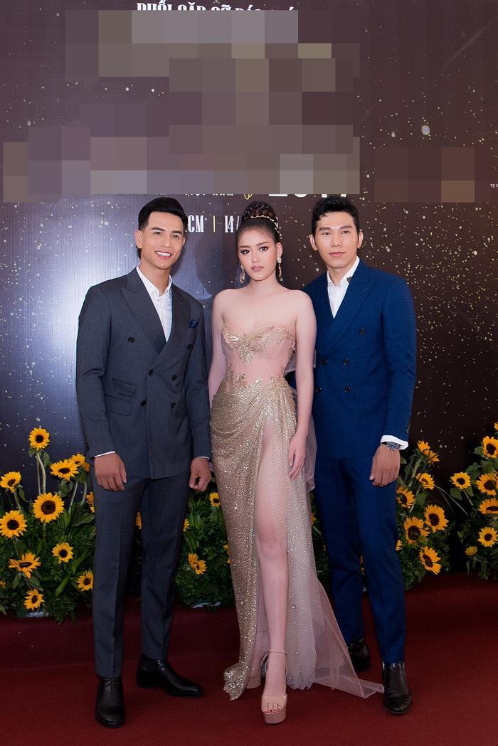 Nam vương Trịnh Bảo xuất hiện bảnh bao trong cả cây vest, anh chụp ảnh cùng Á hậu Đại dương Thanh Ngân và siêu mẫu Ngọc Tình.